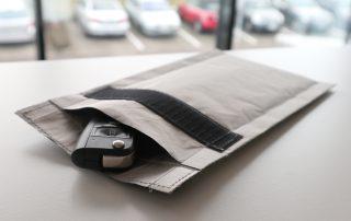 Tasche mit Schlüssel und PKW